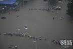 郑州最大暴雨袭城:城区一片汪洋,过马路要牵绳|读图