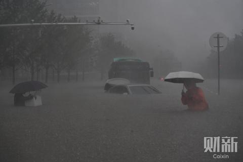 数字说|相当于107个西湖一小时内灌入郑州 暴雨劫城何来?