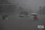 郑州史上最大暴雨:在过腰的积水中踱步|读图