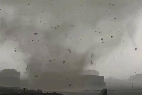 河北保定现风雹极端天气 一村庄遇龙卷风2人死