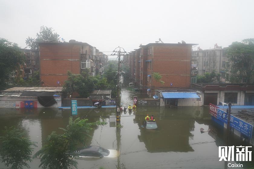 直击新乡灾情:部队冲锋舟救人 省长现场指挥救援