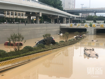 As a heavy downpour Tuesday turned many parts of Zhengzhou into lakes, tunnels along the Jingguang Expressway filled with water, trapping vehicles.
