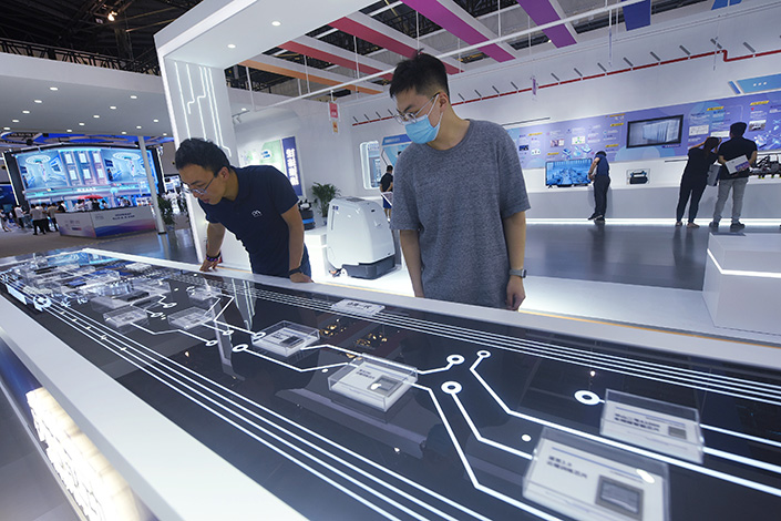 Visitors check out domestically made AI chips at the 2021 Artificial Intelligence Conference in Shanghai on July 7. Photo: VCG.