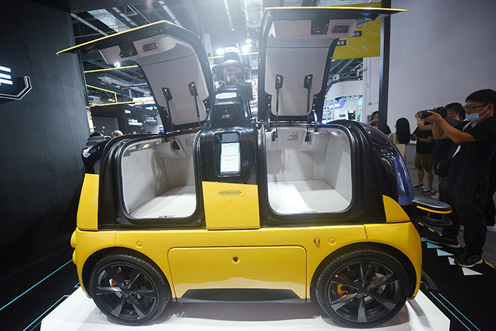 Audience members check out Meituan's latest unmanned delivery vehicles at the 2021 World Artificial Intelligence Conference on July 7. Photo: VCG