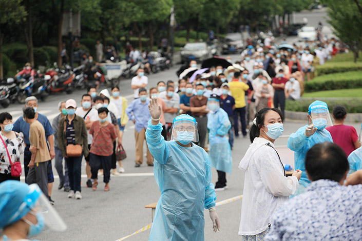 Medical personnel direct residents to the area to take their nucleic acid tests Thursday in Nanjing, East China's Jiangsu province. Photo: VCG