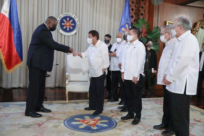Philippine President Rodrigo Duterte met with U.S. Defense Secretary Lloyd Austin  at the Malacanang Palace  in Manila on Thursday. Photo: VCG