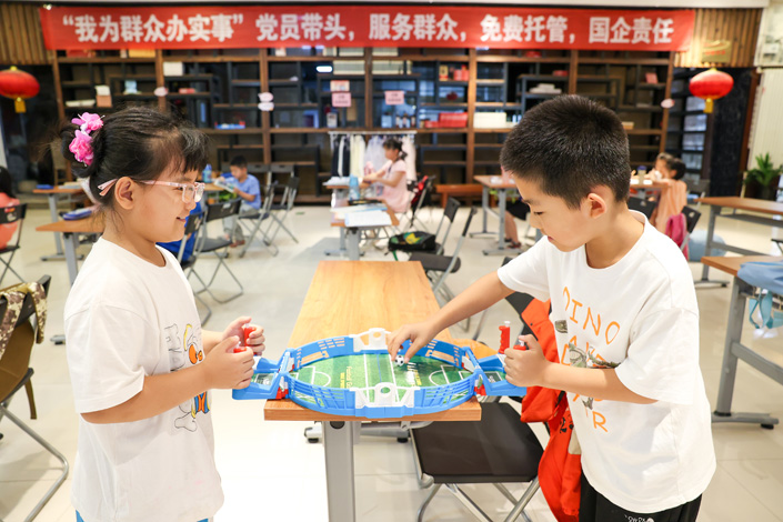 Two students are playing games in a free trusteeship class during summer vocation in Taiyuan,  North China's Shanxi province, on July 26. Photo: Wu Junjie/China News Service/ VCG