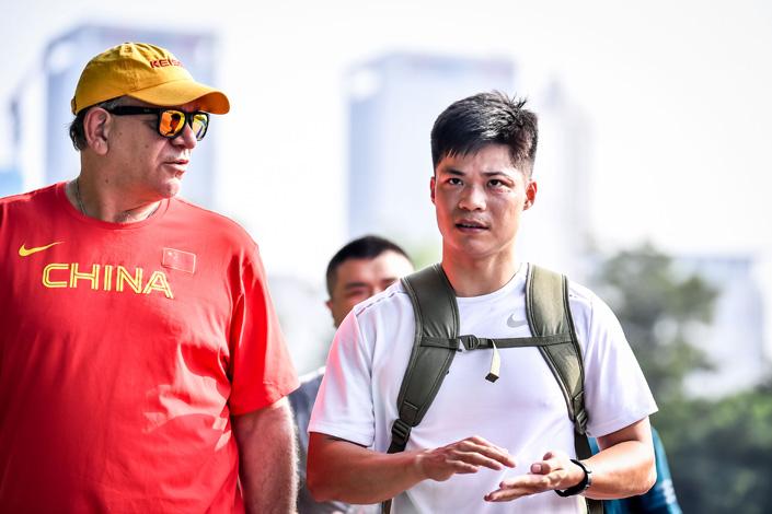 Su Bingtian talks with his coach Randy Huntington in Shenyang, Northeast China's Liaoning province, on Aug. 1, 2019. Photo: IC Photo