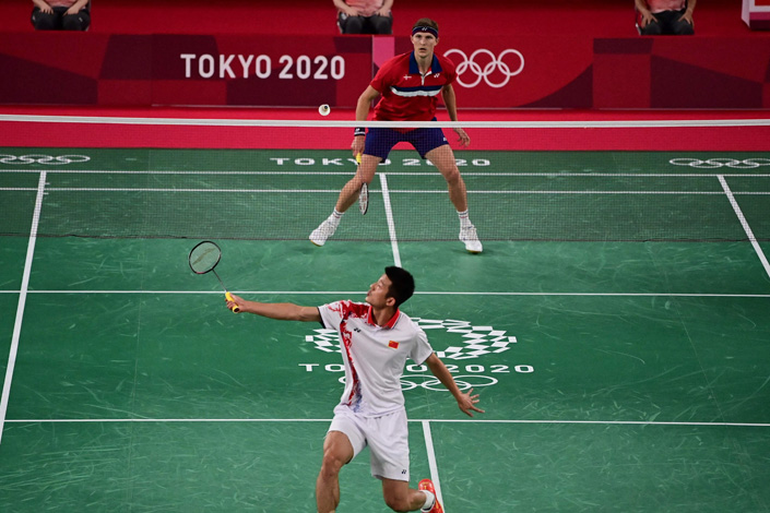 China's 32-year-old Chen Long lost to Denmark's 27-year-old Viktor Axelsen in men's singles badminton final at the Tokyo 2020 Olympic Games. Photo: VCG