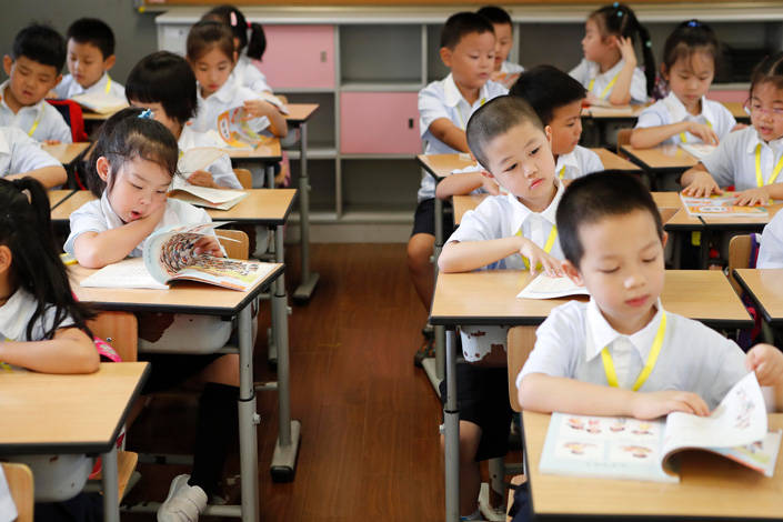 Shanghai first graders read textbooks in September 2017. Photo: Yin Liqin/China News Service/VCG