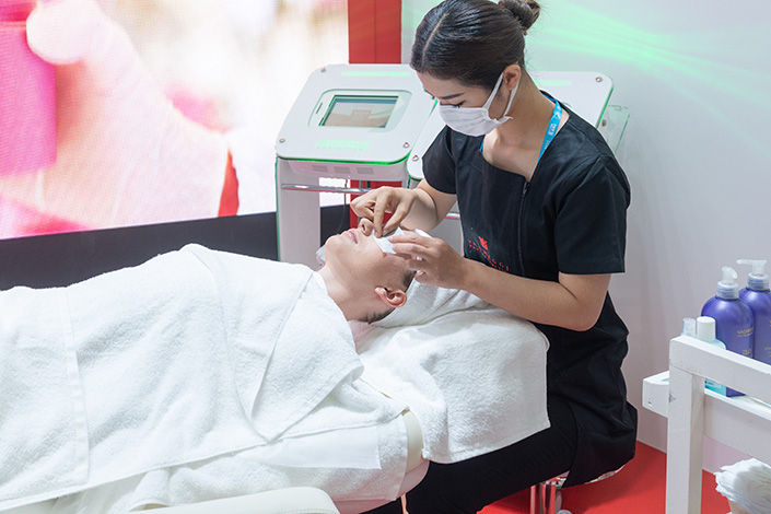 A worker displays new beauty treatments at the China International Beauty Expo in Guangzhou, South China's Guangdong province,on March 10. Photo: VCG