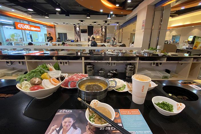Customers enjoy hotpot at a Xiabu Xiabu restaurant in Beijing on Aug. 22. Photo: VCG