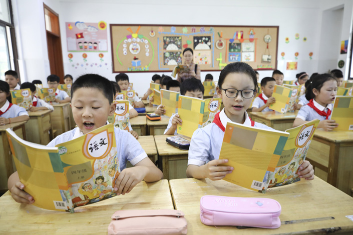Students read textbooks in a primary school of Lianyungang, East China's Jiangsu province, on Friday. Photo: VCG