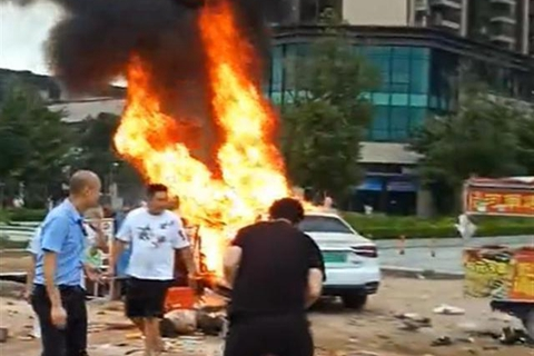 广东惠州一轿车撞入路边摊档并起火 致6死13伤