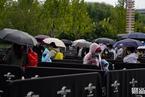 北京环球影城正式开业第一天,游客冒雨前来 看见