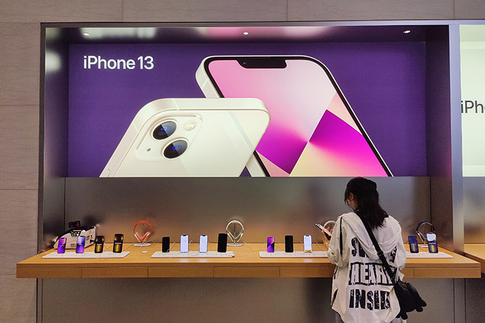 A consumer checks out iphone13 series products Sunday at an Apple store in Beijing. Photo: VCG