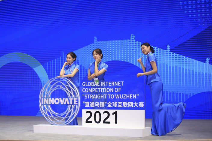 Volunteers take group photos at the 2021 World Internet Conference Wuzhen Summit in East China's Zhejiang province Tuesday. Photo: VCG