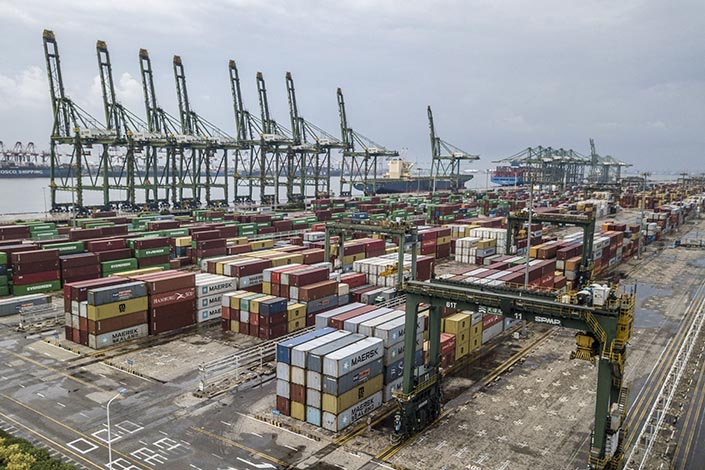Shipping containers on the dockside at Tianjin Port in Tianjin on Sept. 5. Photo: Bloomberg