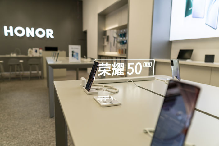 Honor 50 series mobile phones sit in an Honor store in Shaoxing, East China's Zhejiang province, on June 27. Photo: VCG
