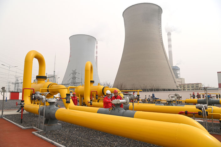Sinopec workers inspect the facilities at one of the Chinese energy giant's pipeline companies in East China's Shandong province on March 28. Photo: VCG