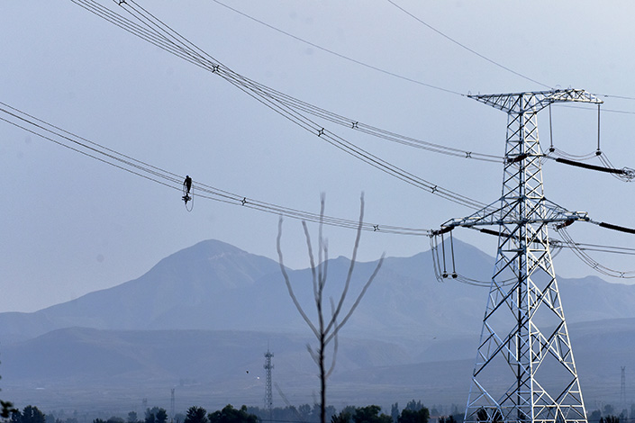 A technician works on power lines in Zhangjiakou, North China's Hebei province, on Sept. 14. Photo: VCG