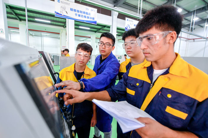 Vocational college students learn to operate CNC machines in Central China's Hunan province on Sept. 17. Photo: VCG