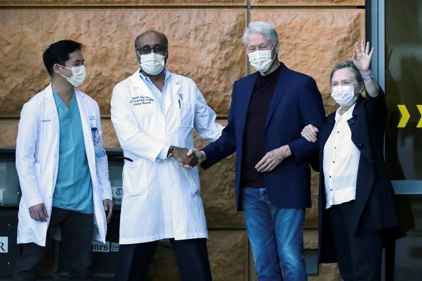 美国前总统克林顿在妻子希拉里陪伴下出院